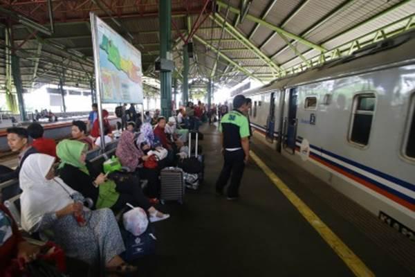 Penumpang menunggu kereta api di Stasiun Gambir, Jakarta, Rabu (29/11/2017). - ANTARA/Rivan Awal Lingga