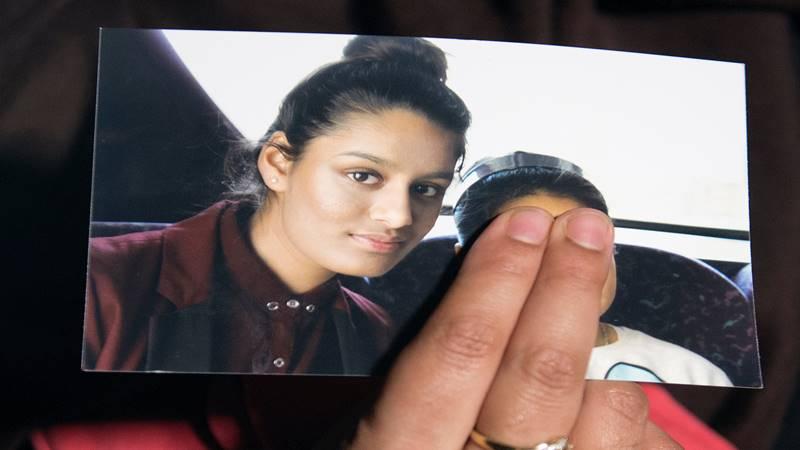 Renu Begum, saudara perempuan dari gadis remaja asal Inggris Shamima Begum, memegang foto saudara perempuannya, yang saat ini memohon agar bisa kembali ke rumahnya di Scotland Yard, di London, 22 Febrauri 2015 - Reuters