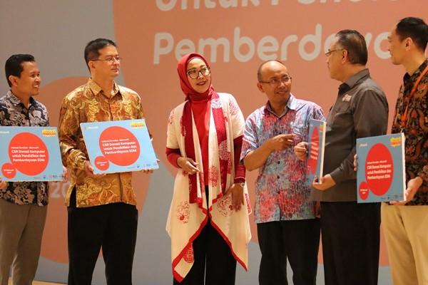 Presiden Direktur Microsoft Indonesia Haris Izmee (kedua dari kiri), Group Head Corporate Communications PT Indosat Tbk. Turina Farouk (ketiga dari kiri), dan Director & Chief Inoovation and Regulatory Officer Indosat Arief Mustain (ketiga dari kanan) dalam acara pemberian donasi 1.400 komputer pada Rabu (20/2/2019). - Indosat