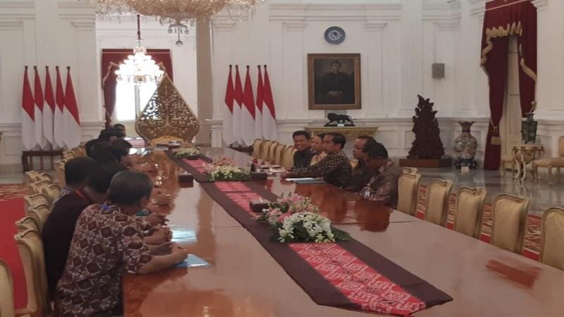 Suasana pertemuan Presiden Jokowi dengan pengurus Federasi Serikat Pekerja Perkebunan Nusantara (FSPBUN). - Bisnis/Yodie Hardiyan
