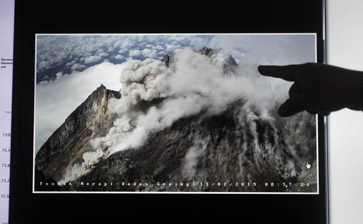 Petugas menunjukkan rekaman visual puncak Gunung Merapi saat awan panas di Kantor Balai Penyelidikan dan Pengembangan Teknologi Kebencanaan Geologi (BPPTKG) DI Yogyakarta, Senin (11/2/2019). BPPTKG mencatat terjadi awan panas guguran Gunung Merapi pada Pukul 08.58 WIB. - ANTARA/Andreas Fitri Atmoko