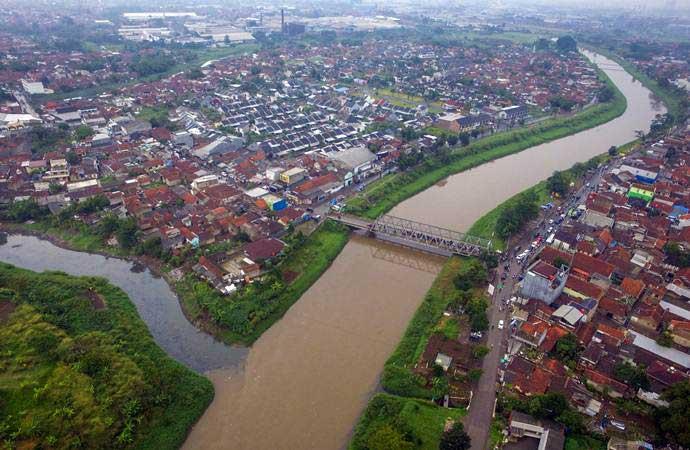 Foto udara limbah pabrik yang dibuang di Daerah Aliran Sungai (DAS) Citarum, Rancamanyar, Kabupaten Bandung, Jawa Barat, Minggu (3/2/2019). - ANTARA/Raisan Al Farisi