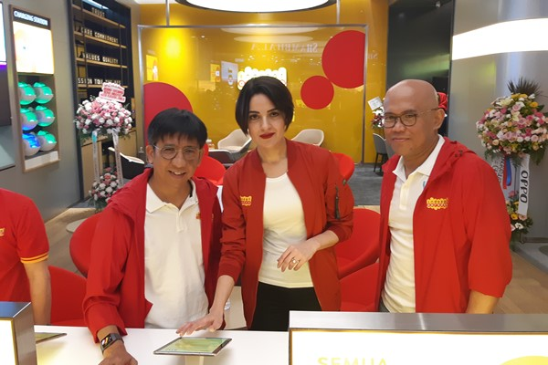 Chief Sales & Distribution Officer Indosat Ooredoo Hendri Mulya Syam (kiri), Group Head Retail & Device Management Radhia Bendhifi, dan Head of Region Jabodetabek Edi Riyanto (kanan) dalam acara grand opening gerai digital di Mal Kota Kasablanka, Jakarta, Kamis (21/2/2019). - Bisnis/Syaiful Millah