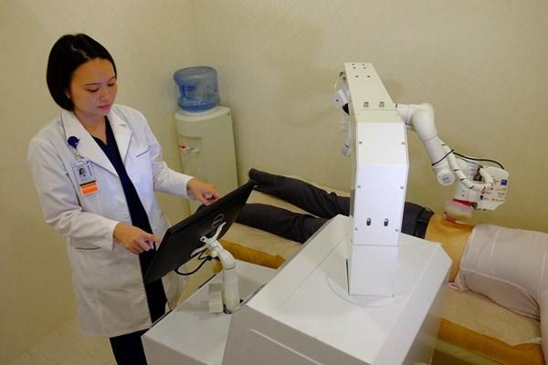 Seorang dokter menggunakan robot pijat Emma untuk merawat pasien di Singapura - Ilustrasi