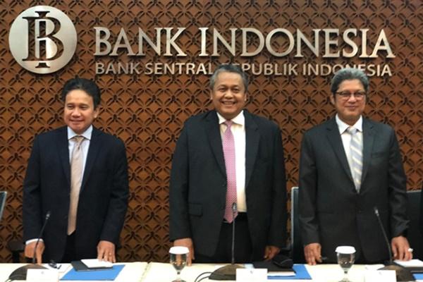Gubernur Bank Indonesia (BI) Perry Warjiyo (tengah) - Bisnis/Hadijah Alaydrus