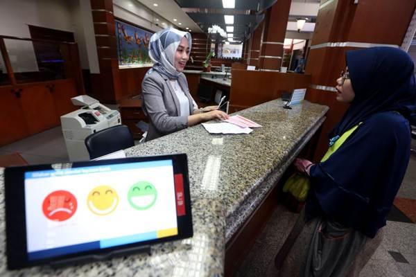 Karyawati melayani nasabah di PT Bank Pembangunan Daerah Jawa Barat dan Banten, Tbk. (Bank BJB) Kantor Cabang Utama Bandung, Jawa Barat, Rabu (20/6/2018). - JIBI/Rachman