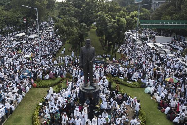 Umat muslim mengikuti aksi reuni 212 di kawasan Jalan Medan Merdeka Selatan, Jakarta, Minggu (2/12/2018). - Antara