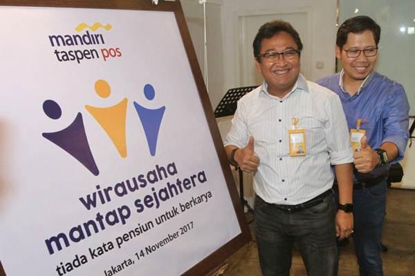 Direktur Utama PT Bank Mandiri Taspen Pos (Bank Mantap) Josephus Koernianto Triprakoso (kiri) bersama Direktur Nurkholis Wahyudi memperkenalkan program wirausaha perseroan , di Jakarta, Selasa (14/11). - JIBI/Endang Muchtar