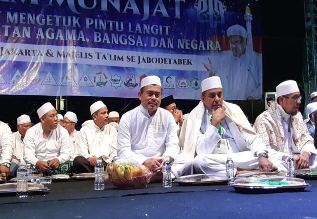 Ketua umum PA 212 Slamet Ma'arif (depan paling kiri) bersama Ketua GNPF Ulama Yusuf Martak (tengah) di panggung utama Malam Munajat 212 di Lapangan Monas, Kamis malam (21/2/2019). - Bisnis/Yusran Yunus