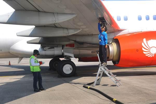 Petugas melakukan pengisian bahan bakar avtur pada salah satu pesawat komersial di Apron Bandara Adi Soemarmo, Boyolali, Jawa Tengah, Senin (12/6). - Antara/Aloysius Jarot Nugroho
