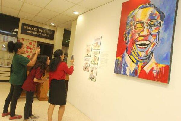 Pengunjung melihat dan memotret karya karikatur dan lukisan dalam pameran fotografi dan seni rupa Gus Dur di Galeri Gejayan, Universitas Sanata Dharma, Yogyakarta, Senin (05/02/2018). - JIBI/Desi Suryanto