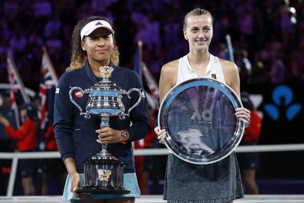 Naomi Osaka (kiri) saat juara Australia Terbuka bulan lalu, bersama runner up Petra Kvitova. - Reuters/Kim Kyung-hoon