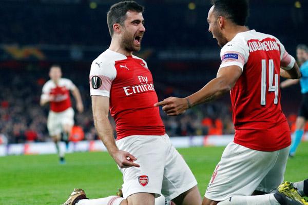 Bek Arsenal Sokratis Papastathopoulos (kiri) merayakan golnya ke gawang BATE bersama striker Pierre-Emerick Aubameyang. - Reuters/Eddie Keogh