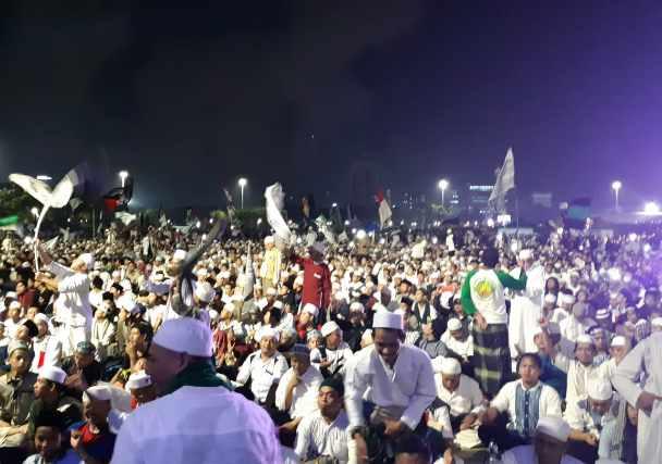 Suasana Malam Munajat 212: Aji kecam intimidasi terhadap jurnalis. - Bisnis.com/Yusran