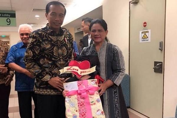 Presiden Joko Widodo dan Iriana Jokowi bersama putri penyanyi Denada Tambunan, Shakira Aurum, yang tengah menjalani pengobatan di Singapura karena sakit leukimia. - Instagram @denadaindonesia