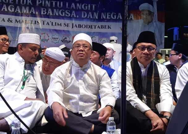 Ketua MPR Zulkifli Hasan (paling kanan) duduk bersama Presiden PKS Sohibul Imam (tengah) di panggung utama Malam Munajat 212 - Bisnis/Yusran Yunus