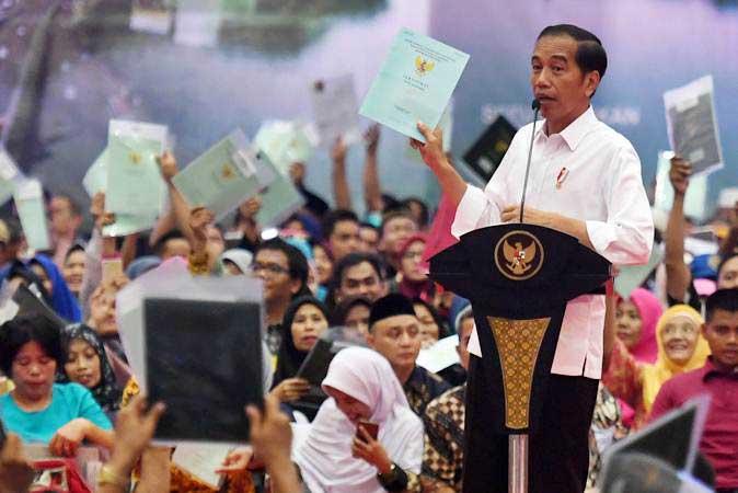 Presiden Joko Widodo berpidato saat Penyerahan sertifikat tanah untuk rakyat di Gelanggang Remaja Pasar Minggu, Jakarta, Jumat (22/2/2019). - ANTARA/Akbar Nugroho Gumay