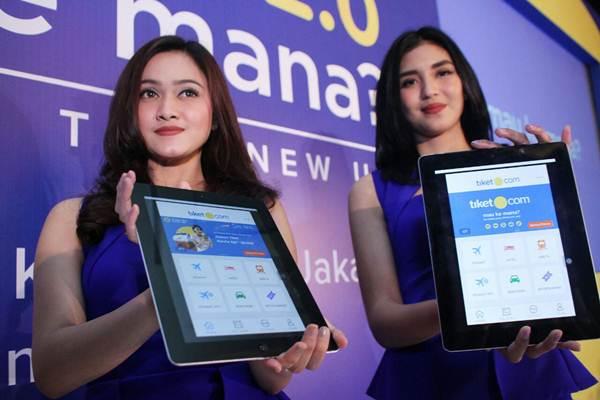 Model memperlihatkan logo baru Tiket.com, di Jakarta, Selasa (21/11). Siap jadi unicorn kelima Indonesia - JIBI/Nurul Hidayat