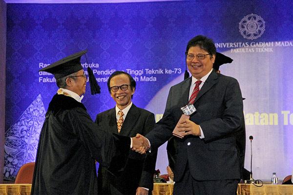 Menteri Perindustrian Airlangga Hartarto menerima Penghargaan Herman Johannes Award yang diserahkan oleh Rektor UGM Prof Panut Mulyono pada Perayaan Hari Pendidikan Tinggi Teknik di Universitas Gadjah Mada, Yogyakarta, 22 Februari 2019. - KEMENPERIN