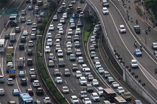 Ilustrasi: Kendaraan terjebak kemacetan di ruas jalan tol dalam kota, Jalan Gatot Subroto, Jakarta, Selasa (16/5). Biaya konstruksi pembuatan jalan tol dalam kota dilaporkan mengalami kenaikan meski masih dalam batas wajar. - Antara/Rivan Awal Lingga