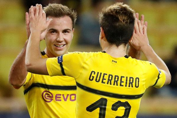 Dua pemain andalan Borussia Dortmund, Raphael Guerreiro (kanan) dan Mario Gotze - Reuters/Eric Gaillard