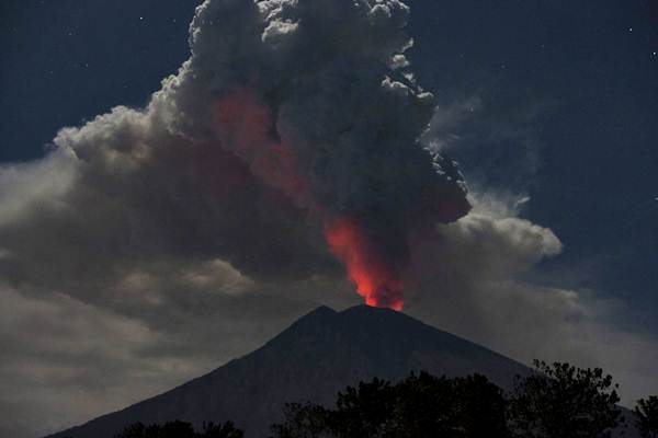 Cahaya magma dalam kawah Gunung Agung terpantul pada abu vulkanis terlihat dari Desa Datah, Karangasem, Bali, Jumat (29/6/2018). - ANTARA/Nyoman Budhiana