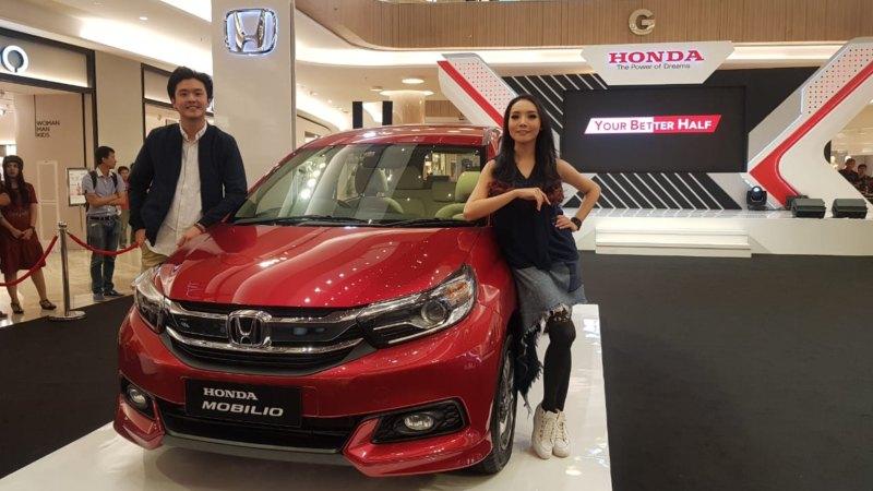 Dua model sedang memperlihatkan New Honda Mobilio di Pakuwon Mall, Surabaya, Jawa Timur, Jumat (22/2/2019). - Bisnis/Peni Widarti