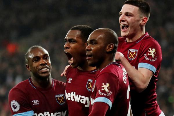 Para pemain West Ham United selepas mencetak gol kedua ke gawang Fulham. - Reuters/Peter Cziborra