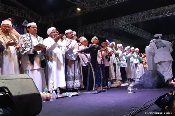 Para Alim Ulama, Habib dan Tokoh Nasional Memanjatkan Doa Untuk Keselamatan Bangsa dan Negara di acara Malam Munajat 212 di Lapangan Monas, Kamis malam (21/2/2019)/Bisnis - Yusran Yunus