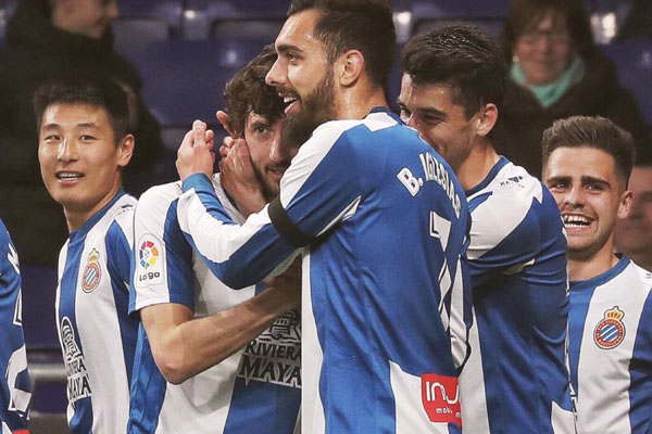 Skuat Espanyol selepas Esteban Granero (kedua kiri) menjebol gawang Huesca. - Twitter@RCDEspanyol