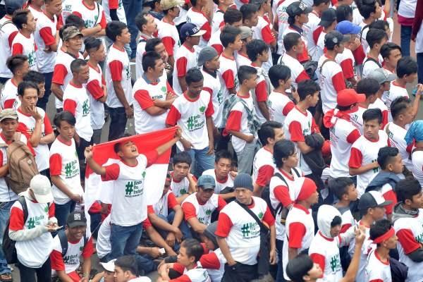 Massa yang tergabung dalam Aliansi Kebhinekaan mengikuti parade