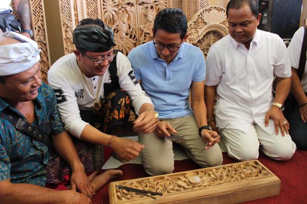 Cawapres Nomor urit 02 Sandiaga Uno (ketiga dari kiri) belajar mengukir di Desa Sumita, Gianyar, Sabtu 23 Februari 2019. - Bisnis/Ni Putu Eka Wiratmini