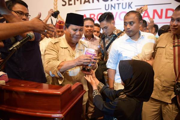 Capres Prabowo Subianto saat menerima celengan hasil tabungan pribadi Jawa Gendis, siswi kelas 3 SD di Medan, Sumatra Utara, Sabtu (23/2/2019) - Istimewa