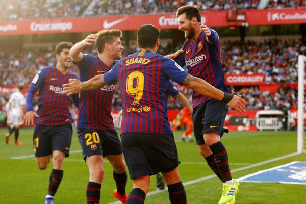 Lionel Messi (kanan) selepas mencetak hattrick-nya yang ke-50 untuk Barcelona sekaligus mengantar tim Katalan itu menang 4 - 2 atas Sevilla. - Reuters/Marcelo del Pozo