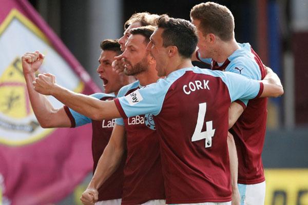 Pemain Burnley merayakan gol kedua ke gawang Tottenham Hotspur. - Reuters/Carl Recine