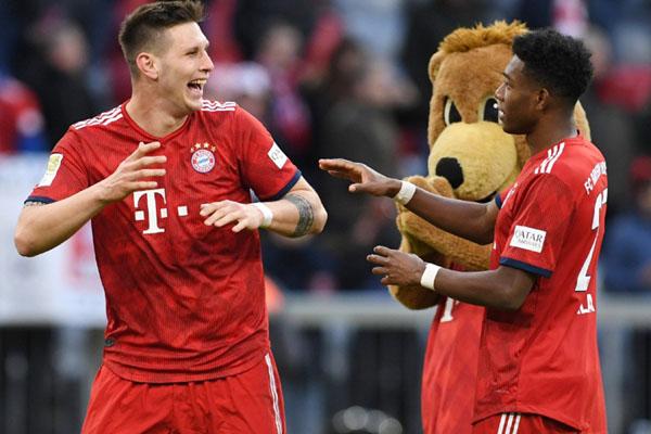 Niklas Sule (kiri) dan David Alaba bersukacita selepas Bayern Munchen mengalahkan Hertha Berlin. - Reuters/Andreas Gebert