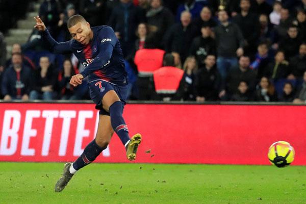 Penyerang Paris Saint-Germain Kylian Mbappe mencetak gol ketiga timnya ke gawang Nimes menuntaskan serangan balik. - Reuters/Gonzalo Fuentes