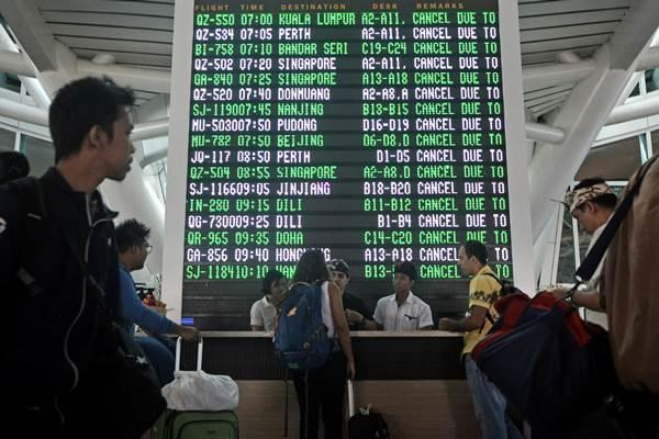 Sejumlah warga negara asing mencari informasi di Terminal Internasional Bandara Ngurah Rai. - Antara/Fikri Yusuf