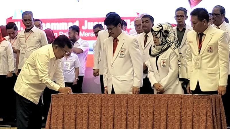 Ketua Umum PMI Jusuf Kalla (kiri) menandatangani dokumen pelantikan pengurus Palang Merah Indonesia (PMI), - Bisnis/Feni Freycientia