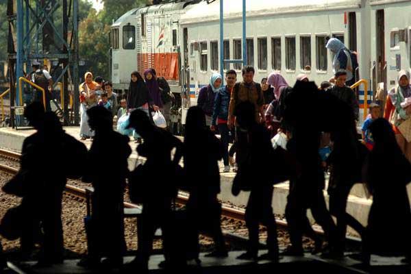 Pemudik Kereta Api (KA) Tegal Ekspres jurusan Jakarta-Tegal tiba di Stasiun Tegal, Jawa Tengah, Sabtu (17/6). - Antara/Oky Lukmansyah