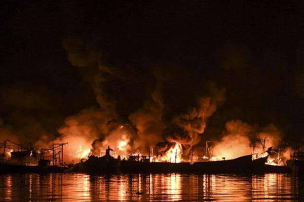 Sebanyak 18 kapal penangkap ikan terbakar di Muara Baru, Jakarta Utara. Kebakaran terjadi mulai pk. 15.45 dan hingga malam harinya api belum dapat dipadamkan. - Antara/Hafidz Mubarak