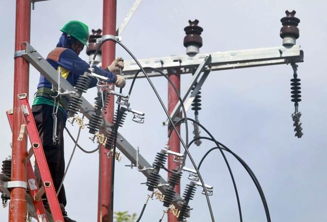 Teknisi memasang jaringan kelistrikan baru di Makassar, Sulawesi Selatan, Kamis (21/2/2019). - Bisnis/Paulus Tandi Bone