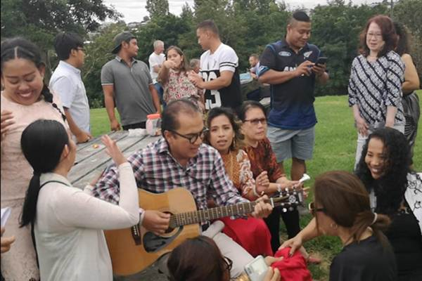 Dubes RI untuk Selandia Baru Tantowi Yahya bernyanyi bersama warga. Nasionalisme tak hanya disampaikan dalam acara yang formal. - Bisnis/Istimewa