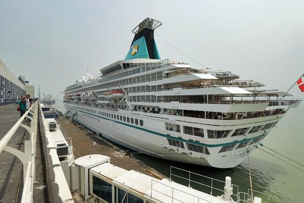 Warga berfoto dengan latar belakang kapal pesiar MS Artania - Antara/Didik Suhartono