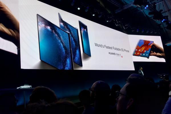 Peluncuran smartphone lipat Huawei Mate X di Barcelona, Spanyol pada Minggu (24/2/2019). - Bisnis/Rachmad Subiyantor