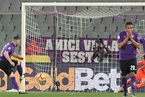 Pemain Fiorenrina Jordan Veretout (kiri) sukses mengeksekusi penalti ke gawang Inter Milan pada menit ke-101. - BBC
