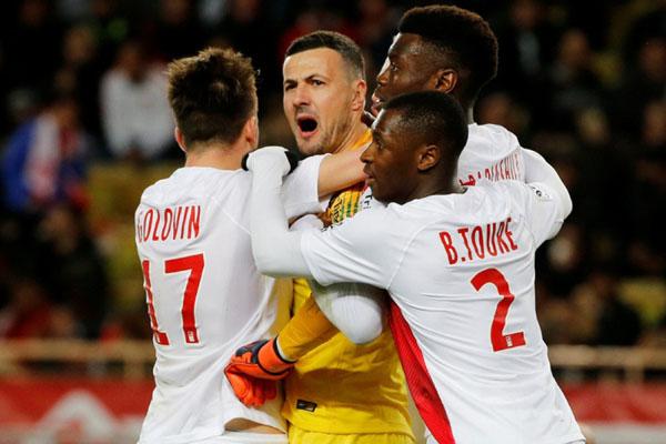 Kiper Monaco Danijel Subasic (kedua kiri) disambut rekan-rekannya setelah menggagalkan penalti penyerang Lyon Memphis Depay. - Reuters/Jean-Paul Pelissier