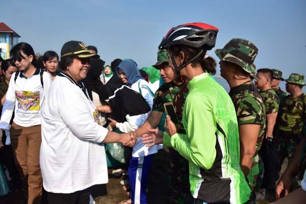 Menteri Lingkungan Hidup dan Kehutanan Siti Nurbaya Bakar pada puncak peringatan Hari Peduli Sampah Nasional (HPSN) di Pantai Sendang Sikucing, Kendal, Jawa Tengah, Minggu (24/2/2019). - Istimewa