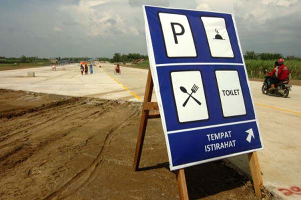 Rambu petunjuk rest area sementara KM 299 tol Brebes Timur-Pemalang di Desa Penarukan, Kabupaten Tegal, Jawa Tengah. - Antara/Oky Lukmansyah