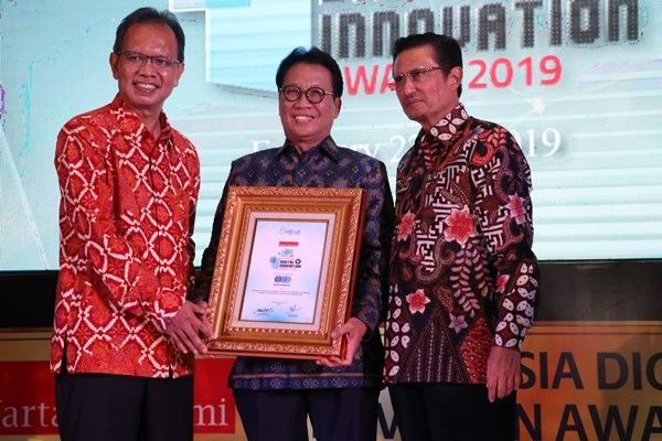 Fadel Muhammad Komisaris Warta Ekonomi (Kiri) dan Muhamad Ihsan selaku CEO & Chief Editor Warta Ekonomi (Kanan) menyerahkan penghargaan kepada Bachder Djohan Buddin, Direktur Utama Sucofindo (Tengah).
